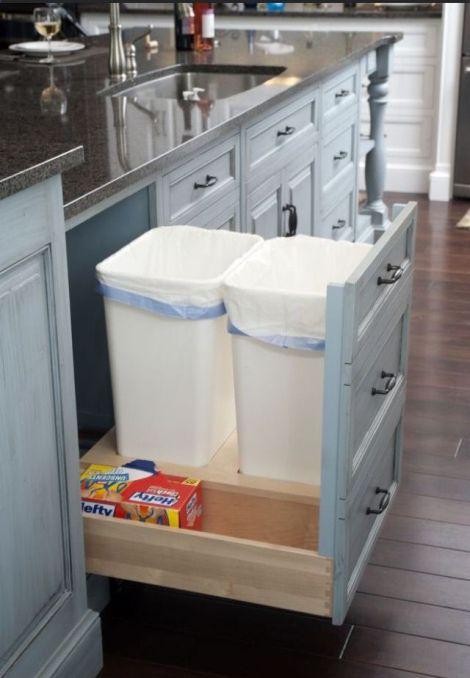 Esconder as lixeiras além de contribuir com a beleza do cômodo, mantém os dejetos separados da área de preparo da comida. Mais higiênico do que o lixinho de pia.