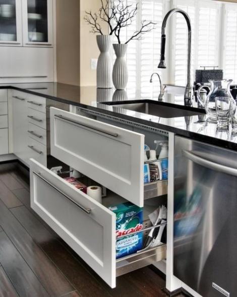 Para auxiliar na parte chata, mantenha os produtos de limpeza embaixo da pia, para agilizar a hora de lavar a louça. Usar materiais impermeáveis e que permitam o escoamento de água é uma boa ideia. E, claro, não se esqueça: quem cozinhou nunca lava a louça!