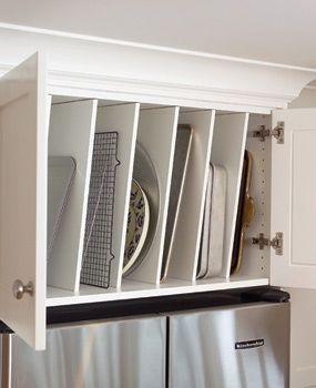 Pelo mesmo motivo das panelas, quem tem mais espaço na cozinha pode guardar um armário só para as bandejas.